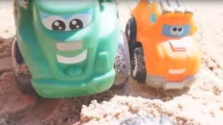 Видео для детей про машинки. Чак и Рауди играют в песке