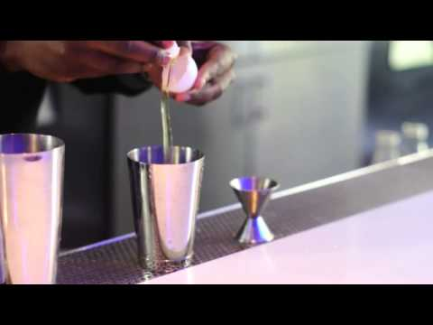 How to Make a Whiskey Sour With Sweet & Sour Mix Using Vodka