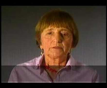 دينا بايتلر تدلي بشهادتها حول اقتيادها إلى موقع الإبادة الجماعية في بوناري، خارج مدينة فيلنيوس الليتوانية.