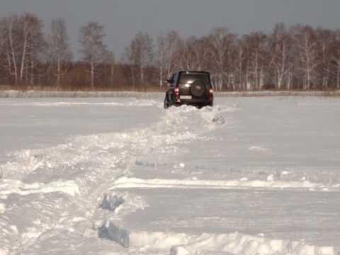 Inverno pescando su un cavedano su piccoli fiumi di video