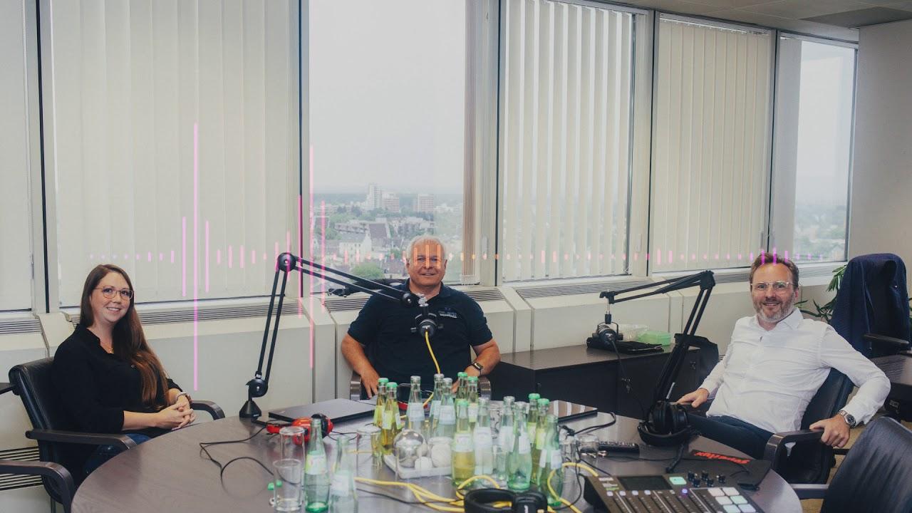 Personalamtsleiter Andreas Leinhaas und CDO Friedrich Fuß mit Julia van Dyck im Gespräch zur Digitalstrategie der Stadtverwaltung Bonn