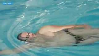 Смотреть онлайн Учимся плавать с помощью специальных упражнений