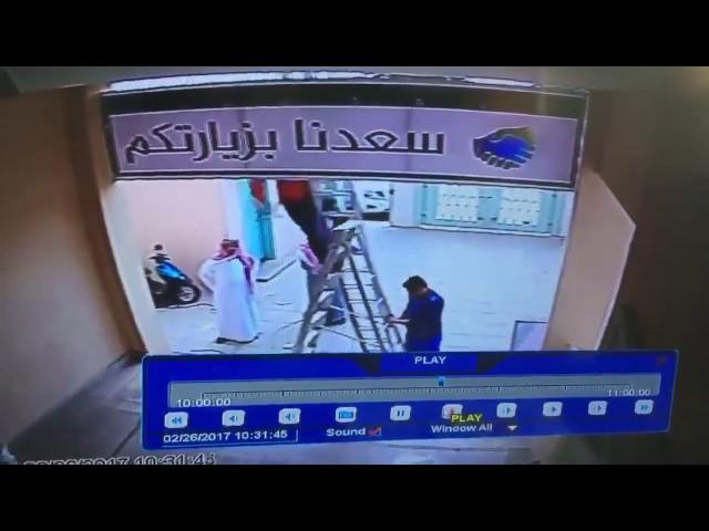 معلم يتدخل في الوقت المناسب وينقذ عاملاً من السقوط أثناء تعليقه لوحة ترحيبية بأحد المدارس