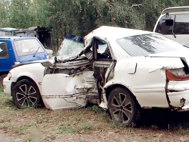Фонарный столб рухнул на автомобиль