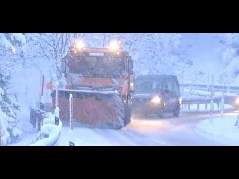 Wintereinbruch im Süden: Schnee und Eis auf Deutschlands Straßen