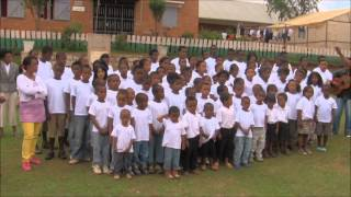 preview picture of video 'L 'hymne des Enfants du Soleil à Antsirabe octobre 2013'