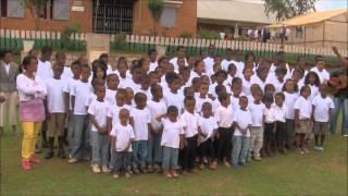 preview picture of video 'L 'hymne des Enfants du Soleil à Antsirabe octobre 2013'