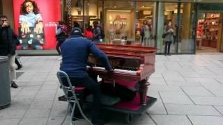 Great Street Pianist Marcel Kuipers performs an Emotional Piece in Frankfurt am Main Hauptwache