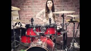 Kadın Bateristten solo performans (Melis Gürüm)
