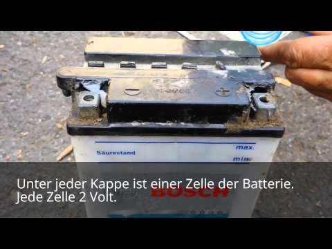Wie eine Batterie mit destilliertem Wasser nachgefüllt wird