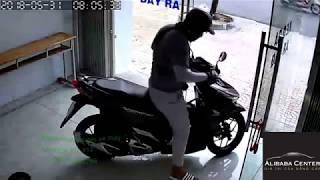 Siêu trộm xe máy trong nhà chỉ mất 4s để bẻ khóa