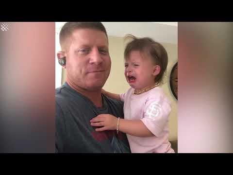 האב הזה הצליח לעצור את הבכי של ילדתו בשיטה מצוינת