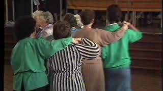 Late TV: Volksdansen ouderen gemeente Echt bij Ursulinen (1986)