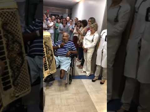 Pinto do Acordedon canta em corredor de hospital, internado em JP