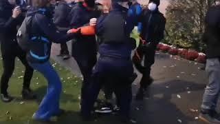 Policja zatrzymała fotoreporterkę i wywiozła ją w nieznanym kierunku.