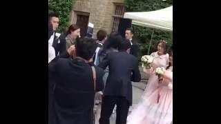 胡歌在袁弘婚礼上与伴郎伴娘跳舞