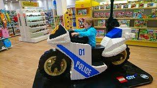 Киев ТЦ Гуливер Планета Игрушек Риша гуляет по магазину и выбирает игрушки PLANET TOYS KIEV