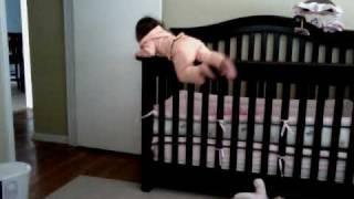 Смотреть онлайн Как малышка выбирается из кроватки