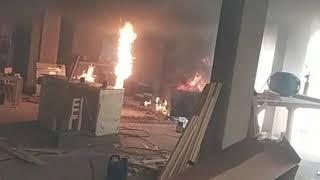 Dois homens ficaram feridos ontem à tarde após um incidente em uma oficina de manutenção de refrigeradores. O Corpo de Bombeiros teve que ser acionado para conter as chamas, que se formaram após uma explosão.