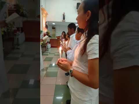 Penyerahan lilin baptis sebagai lambang Terang Kristus dalam Gereja Katolik