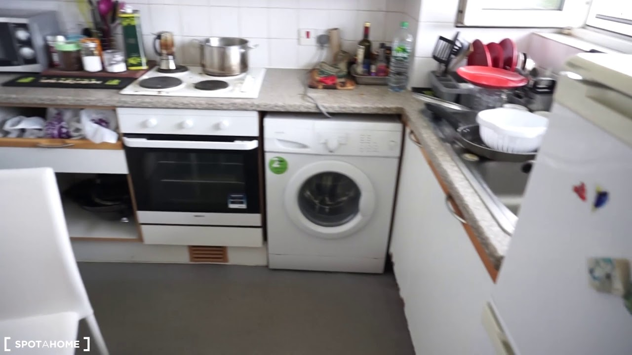 Double bed in Rooms to rent in large 4-bedroom apartment with wi-fi in Putney