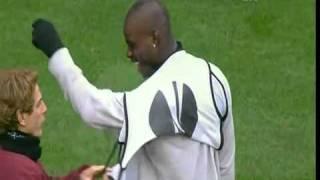 Jogador de futebol não consegue vestir o colete para o jogo
