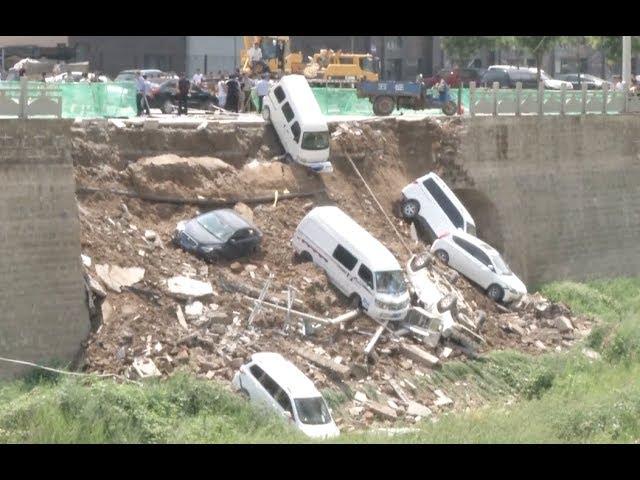 لحظة سقوط سيارات بانهيار جزء من طريق في وادي
