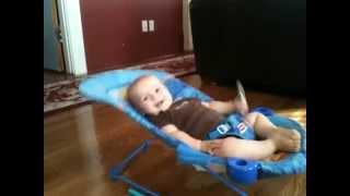 Bebê mostra inacreditável força e energia
