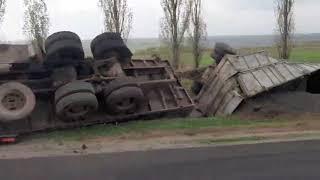 Под Николаевом слетел в кювет и перевернулся грузовик с подсолнечником