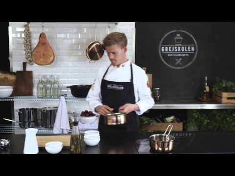 <p><strong>BEARNAISE SAUCE</strong><br /> Kokken Mads Søndergaard fra Det Danske Kokkelandshold fortæller, hvordan man laver en lækker bearnaisesauce.</p>
