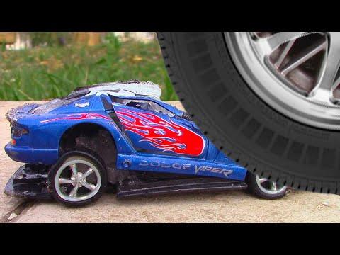 МАШИНКИ ВО ЛЬДУ! Замораживаем и ДАВИМ МАШИНКИ Car Toys Frozen! видео