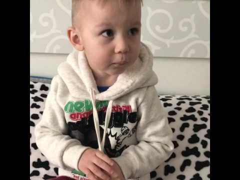 Маленький ребёнок поёт песенку!У солдата выходной,пуговицы в ряд))) Богдаше 2,5 годика)))