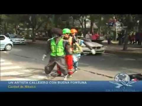 Un artista callejero con buena fortuna -  El Universal TV