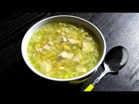 Sopa de pollo con puerro y maiz