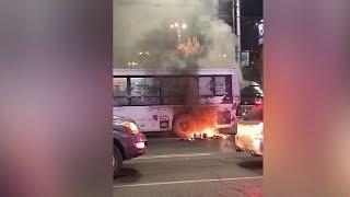 В центре Бишкека загорелся пассажирский автобус