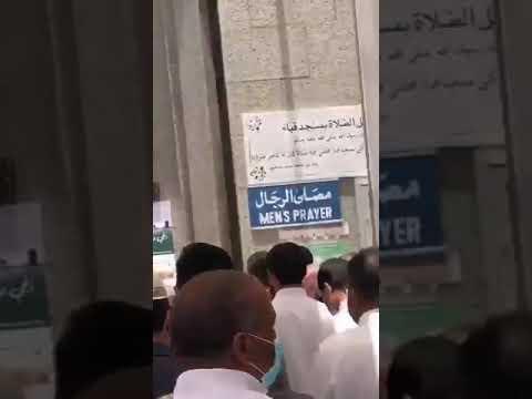 """ازدحام على أبواب """"مسجد قباء"""" عند الدخول لصلاة الجمعة"""