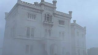"""""""REBEKA""""cz,1-Maxim de Winter, spadkobierca znamienitego arystokratycznego rodu, mieszka w pięknej posiadłości na wybrzeżu Kornwalii, urządzonej w całości przez jego pierwszą żonę Rebekę, która utonęła…"""