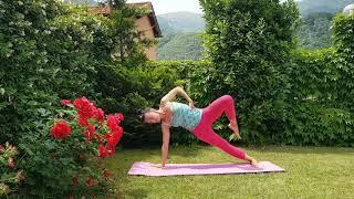 Сила и гибкость. Короткая последовательность йоги среднего уровня.