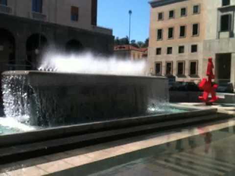 Piazza Monte Grappa, il vento fa danzare la fontana