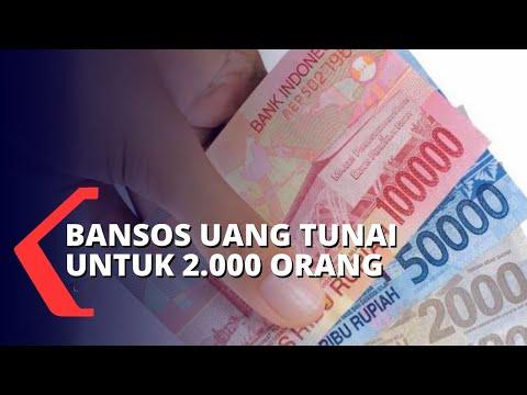 petugas bagikan bansos uang tunai untuk penerima