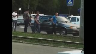 Пассажиры трамвая в Пятигорске вручную передвинули автомобиль