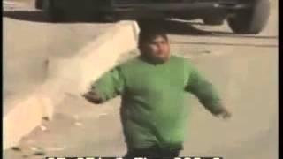 Мальчик в Ираке отпугивает Американских солдат!