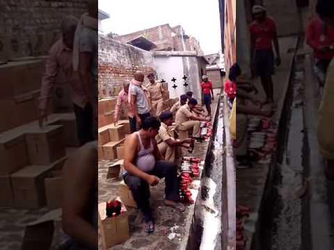 Απίστευτο βίντεο: καταστροφή κατασχεμένης μπύρας