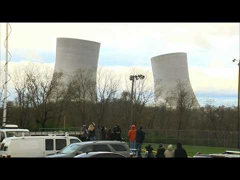 In a matter of seconds, two 500-foot (152-metre) cooling towers from Massachusetts' last coal-fired power plant have been reduced to rubble. (April 27)