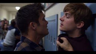 Extrait (VO) : les élèves se battent dans le couloir