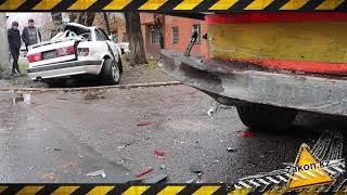 В Алматы водитель сбил насмерть женщину и разбил машину о столб