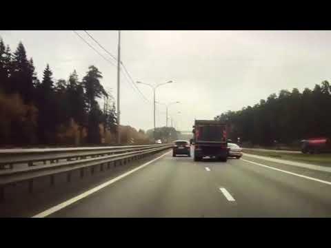 Грузовик не заметил автомобиль Toyota Avensis и столкнул с дороги в кювет