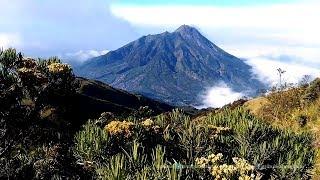 Pesona Keindahan Dua Gunung Saat Kabut Tersingkap Bikin Takjub