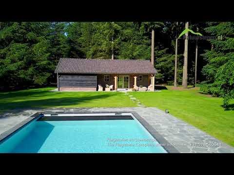 Flagstones rondom het zwembad - natuurlijke aankleding tuin