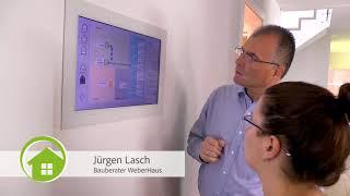 WeberHaus Bauberater Jürgen Lasch stellt das traumhafte Musterhaus in der FertighausWelt Günzburg vor. Hocheffizient, von bester Qualität und nach einem innovativen Konzept gebaut, das lebenslanges Wohnen garantiert.